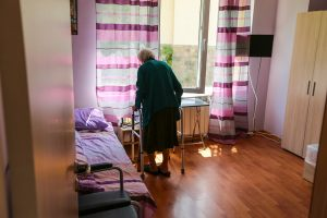Възрастна жена в София Хоспис