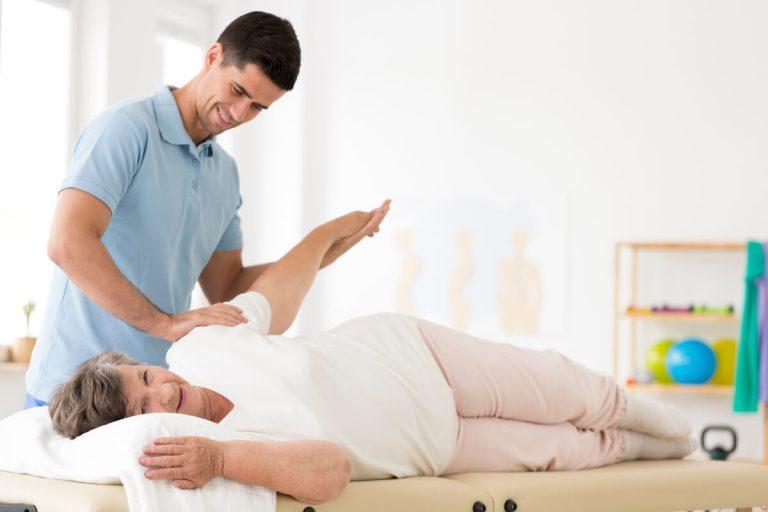 Жена по време на рехабилитационна сесия