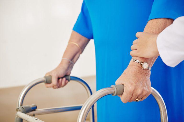 Жена по време на рехабилитационна сесия с лекар
