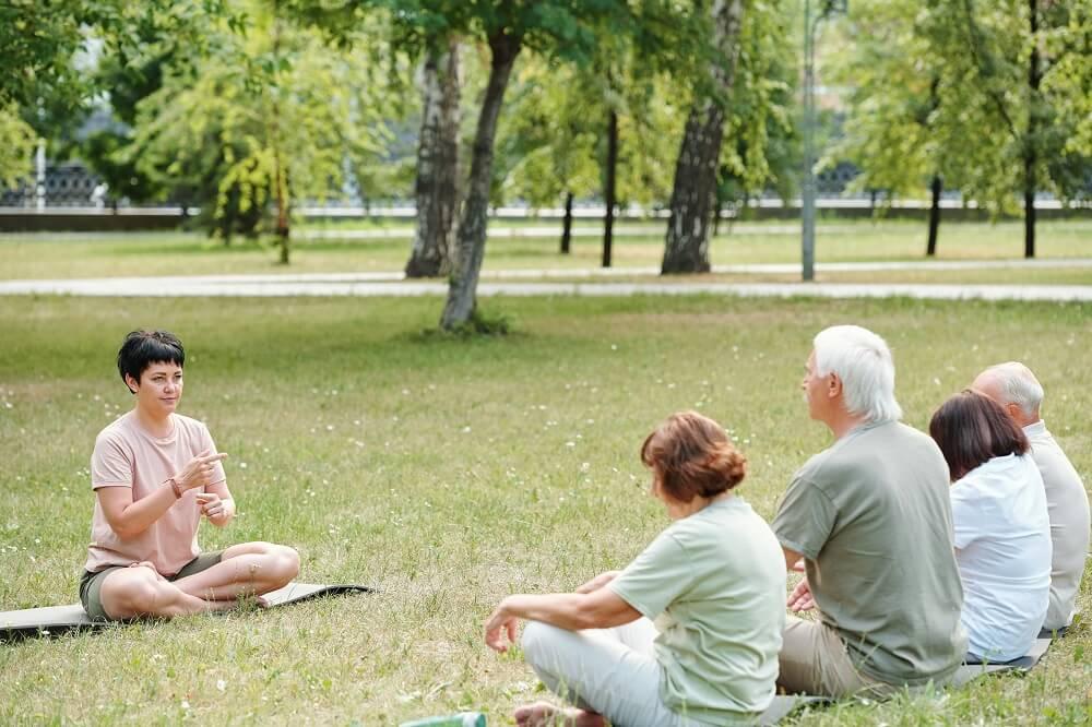 Възрастни хора на ерготерапия в парка